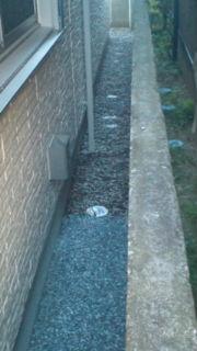 狭くて除草しにくい場所に防草シートを敷いて砂利を敷きました。